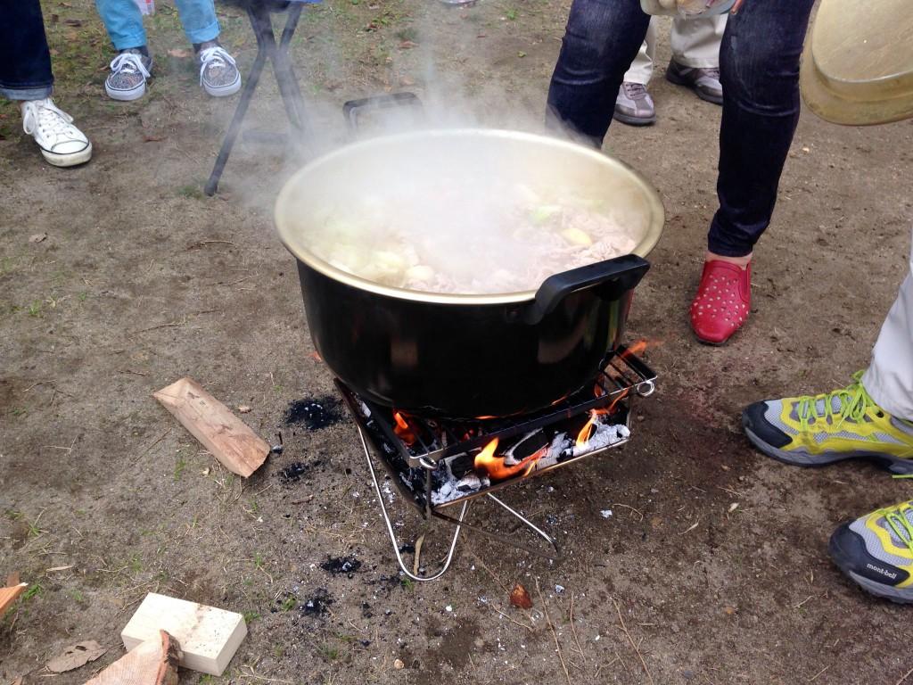 直火禁止なので焚火台で調理!
